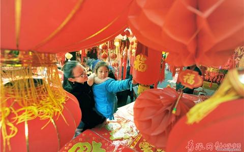"""春节临近,青岛年货市场""""红红火火""""!"""